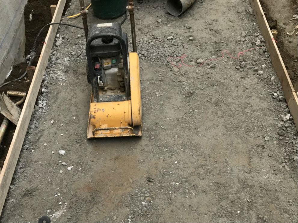 砂利の転圧作業
