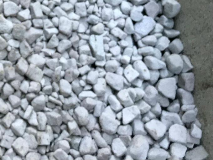 大きな粒の防犯砂利