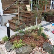 植栽と砕石