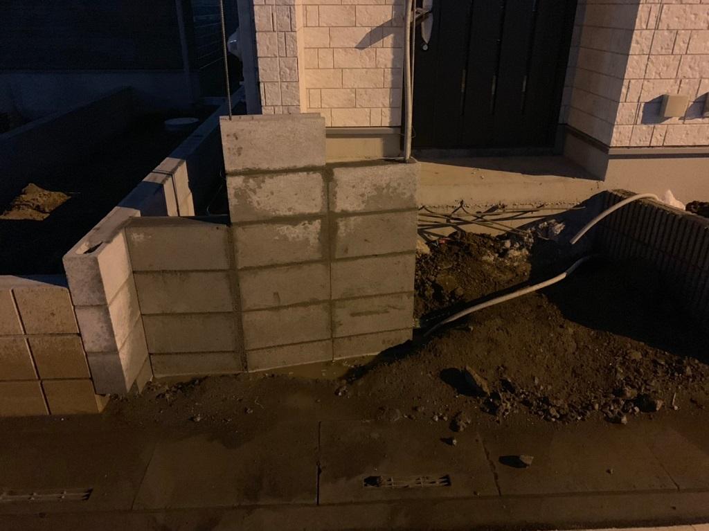 門柱のブロック積み込み中