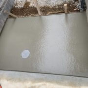 コンクリートの流し込みと表面仕上げ