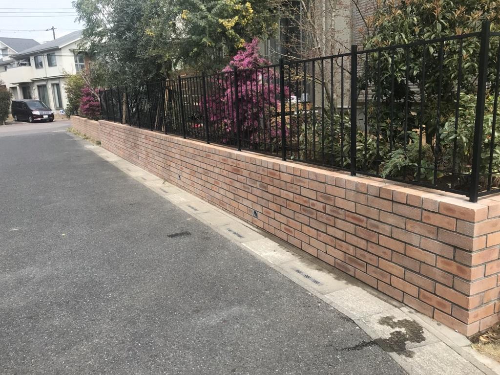 土留めレンガと鋳物フェンス